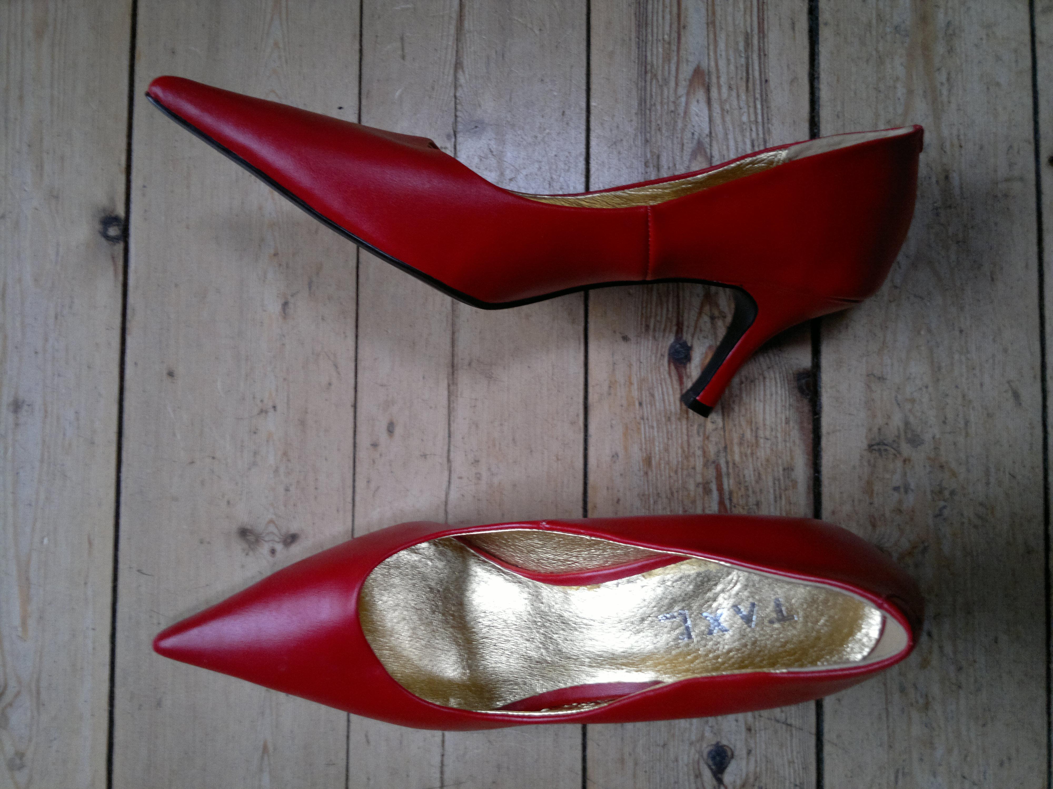 64353102aac I december begyndte jeg at få idéer til værker, hvori der skal indgå sko,  højhælede sko. Derfor efterlyste jeg brugte, endnu ikke kasserede sko på en  ...